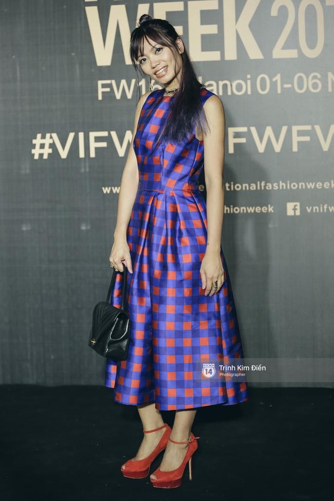 Vietnam International Fashion Week ngày cuối: Midu vẫn giữ style nữ tính trên thảm đỏ cùng dàn Hoa hậu, Á hậu - Ảnh 16.