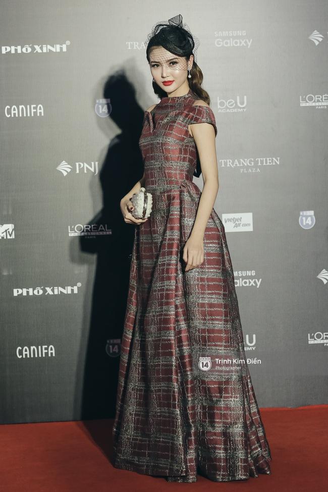 Vietnam International Fashion Week ngày cuối: Midu vẫn giữ style nữ tính trên thảm đỏ cùng dàn Hoa hậu, Á hậu - Ảnh 10.