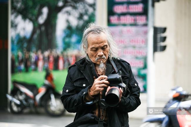 Nhân vật đặc biệt nhất Vietnam International Fashion Week: 82 tuổi vẫn chụp street style nhiệt tình - Ảnh 9.