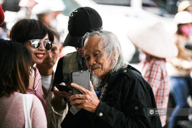 Nhân vật đặc biệt nhất Vietnam International Fashion Week: 82 tuổi vẫn chụp street style nhiệt tình - Ảnh 6.