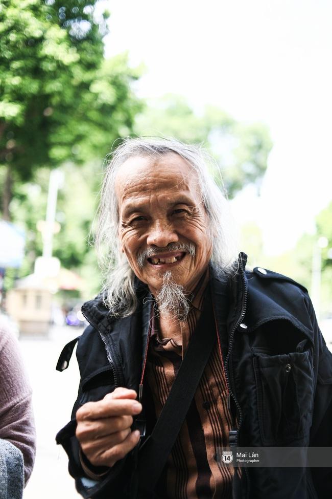 Nhân vật đặc biệt nhất Vietnam International Fashion Week: 82 tuổi vẫn chụp street style nhiệt tình - Ảnh 8.