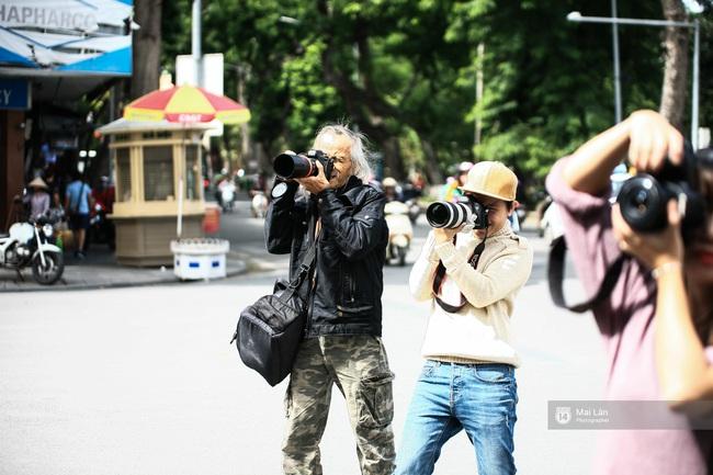 Nhân vật đặc biệt nhất Vietnam International Fashion Week: 82 tuổi vẫn chụp street style nhiệt tình - Ảnh 3.