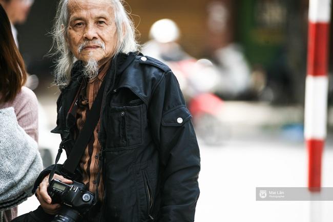 Nhân vật đặc biệt nhất Vietnam International Fashion Week: 82 tuổi vẫn chụp street style nhiệt tình - Ảnh 7.
