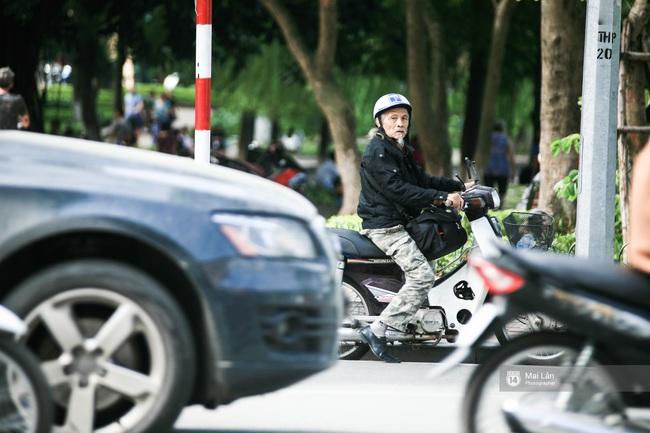 Nhân vật đặc biệt nhất Vietnam International Fashion Week: 82 tuổi vẫn chụp street style nhiệt tình - Ảnh 2.