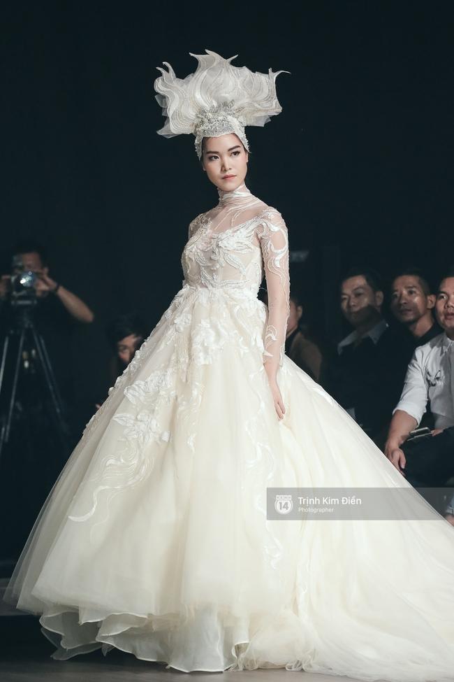 Mai Ngô người không ngấn mỡ, thong dong catwalk trong đầm cưới tinh khôi - Ảnh 14.