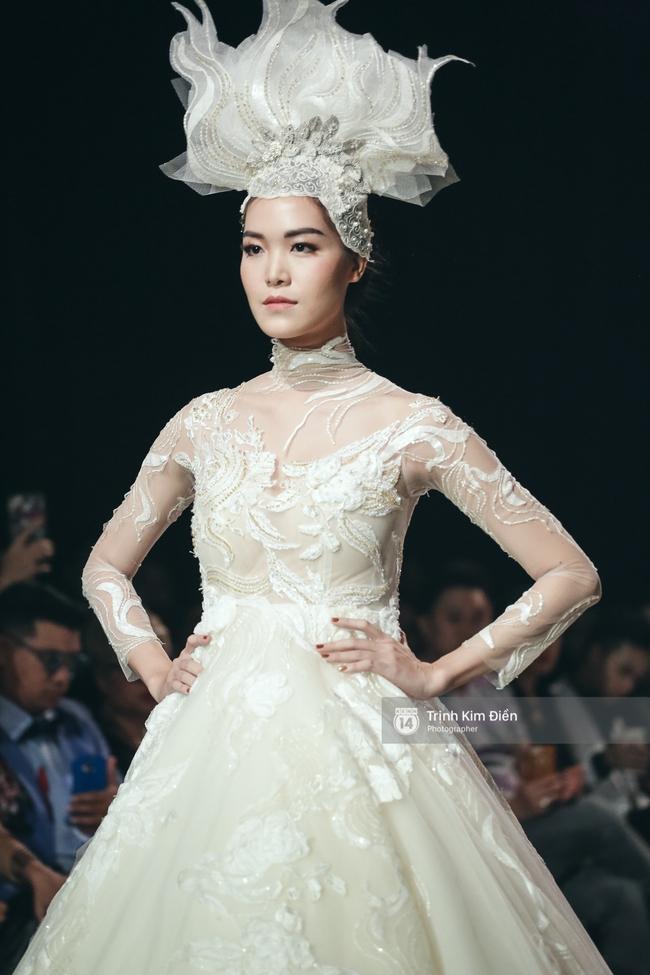 Mai Ngô người không ngấn mỡ, thong dong catwalk trong đầm cưới tinh khôi - Ảnh 16.