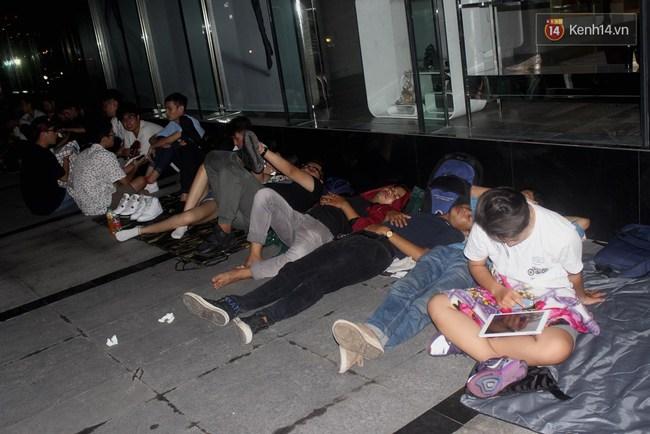"""Giới trẻ Sài Thành """"trắng đêm"""" trước trung tâm thương mại săn giày hiệu 12"""