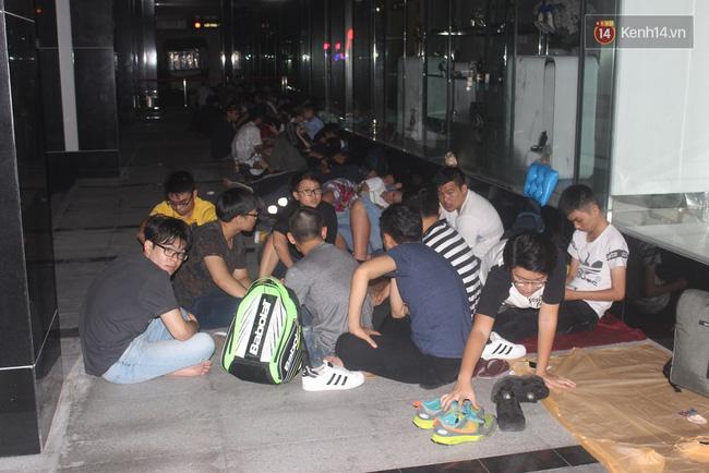 """Giới trẻ Sài Thành """"trắng đêm"""" trước trung tâm thương mại săn giày hiệu 11"""