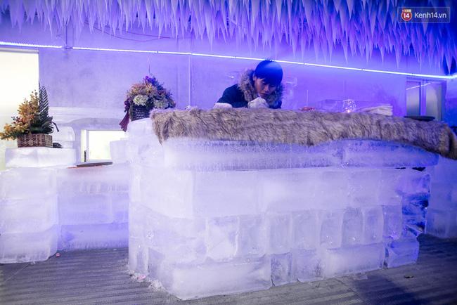Bàn ghế làm từ băng, không gian âm 10 độ C, đây chắc chắn là quán cà phê độc nhất Sài Gòn - Ảnh 10.