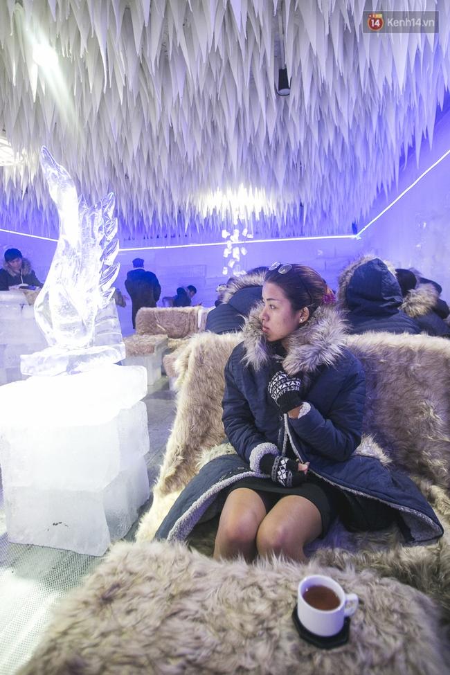 Bàn ghế làm từ băng, không gian âm 10 độ C, đây chắc chắn là quán cà phê độc nhất Sài Gòn - Ảnh 4.