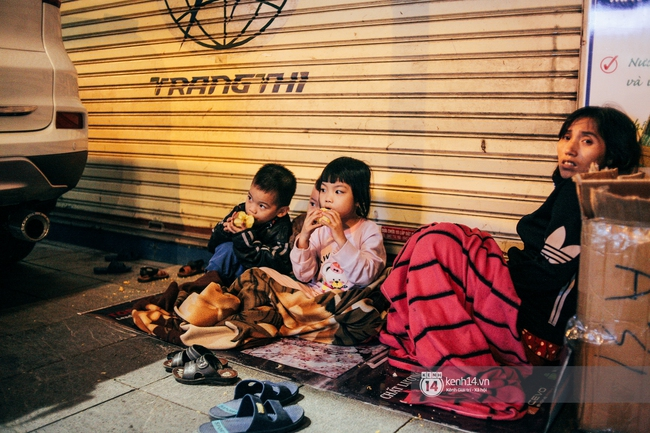 4 mẹ con và giấc ngủ tạm bợ nơi hè phố Tràng Thi