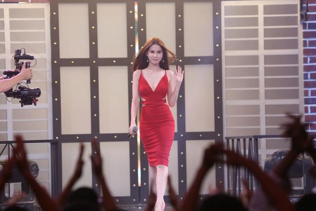 Ngọc Trinh sexy làm host bên Trấn Thành trong show truyền hình mới - Ảnh 6.