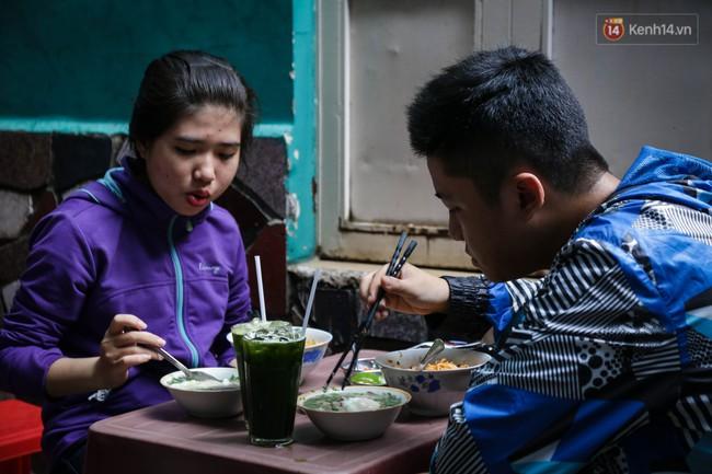 Có gì đặc biệt trong tô mì tôm muối ớt giá hơn 50.000 đồng vẫn hút khách ở Sài Gòn? - Ảnh 13.