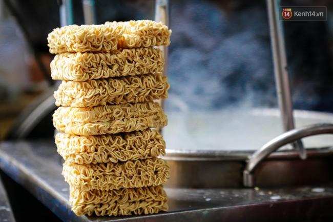 Có gì đặc biệt trong tô mì tôm muối ớt giá hơn 50.000 đồng vẫn hút khách ở Sài Gòn? - Ảnh 4.