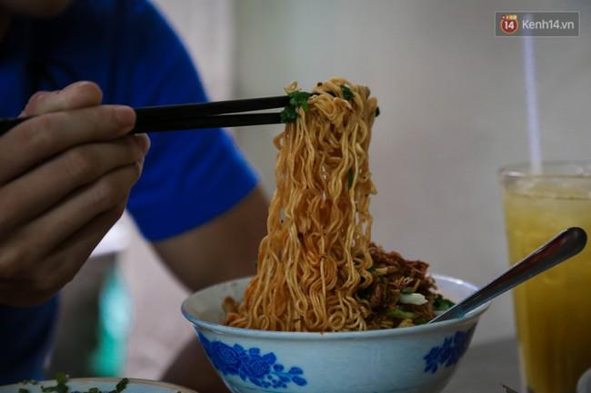 Có gì đặc biệt trong tô mì tôm muối ớt giá hơn 50.000 đồng vẫn hút khách ở Sài Gòn? - Ảnh 9.