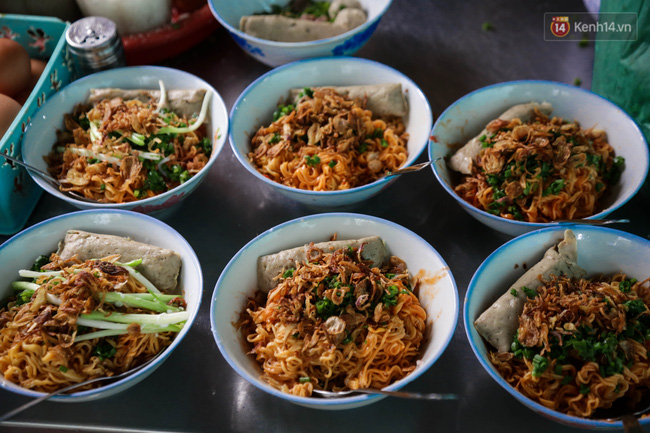 Có gì đặc biệt trong tô mì tôm muối ớt giá hơn 50.000 đồng vẫn hút khách ở Sài Gòn? - Ảnh 7.