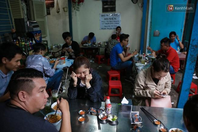 Có gì đặc biệt trong tô mì tôm muối ớt giá hơn 50.000 đồng vẫn hút khách ở Sài Gòn? - Ảnh 1.
