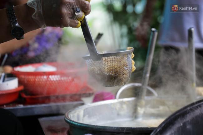 Có gì đặc biệt trong tô mì tôm muối ớt giá hơn 50.000 đồng vẫn hút khách ở Sài Gòn? - Ảnh 5.