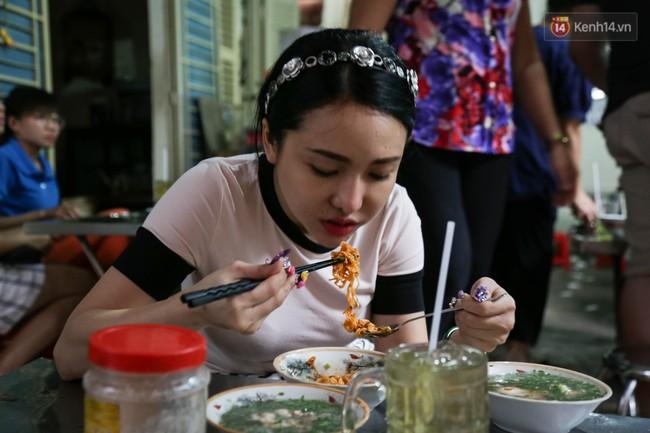 Có gì đặc biệt trong tô mì tôm muối ớt giá hơn 50.000 đồng vẫn hút khách ở Sài Gòn? - Ảnh 12.