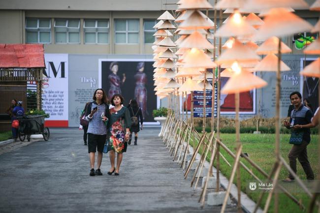 Hà Nội đẹp lung linh với hàng ngàn chiếc nón lá thắp sáng trong Festival Áo dài 2016 - Ảnh 15.