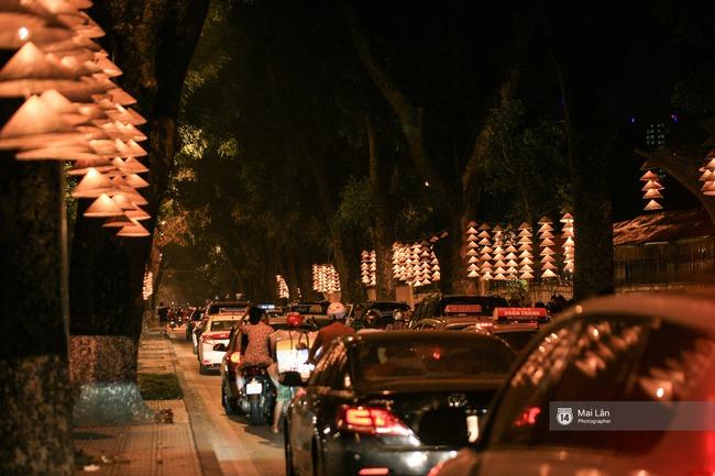 Hà Nội đẹp lung linh với hàng ngàn chiếc nón lá thắp sáng trong Festival Áo dài 2016 - Ảnh 2.