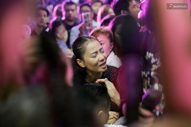 Dưới cơn mưa, anh em đồng nghiệp đang cùng hát những ca khúc vang danh, Minh Thuận ơi, anh mỉm cười chào tạm biệt nhé! - Ảnh 19.