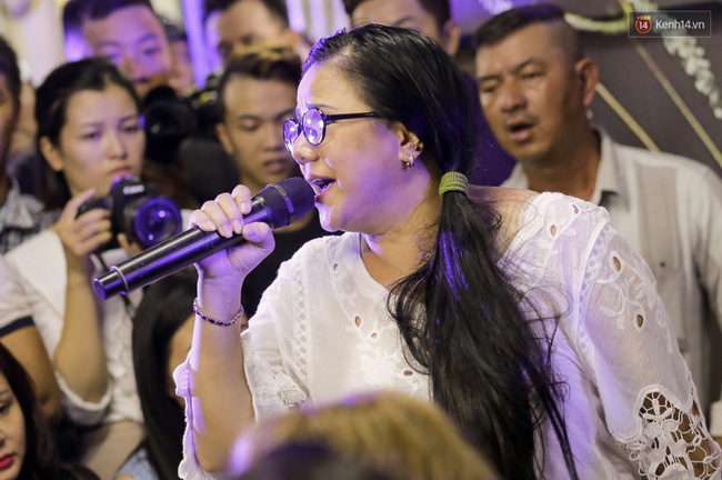 Dưới cơn mưa, anh em đồng nghiệp đang cùng hát những ca khúc vang danh, Minh Thuận ơi, anh mỉm cười chào tạm biệt nhé! - Ảnh 23.