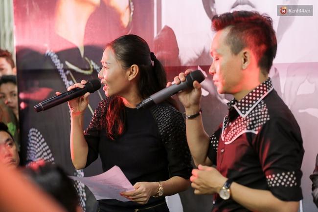 Dưới cơn mưa, anh em đồng nghiệp đang cùng hát những ca khúc vang danh, Minh Thuận ơi, anh mỉm cười chào tạm biệt nhé! - Ảnh 34.