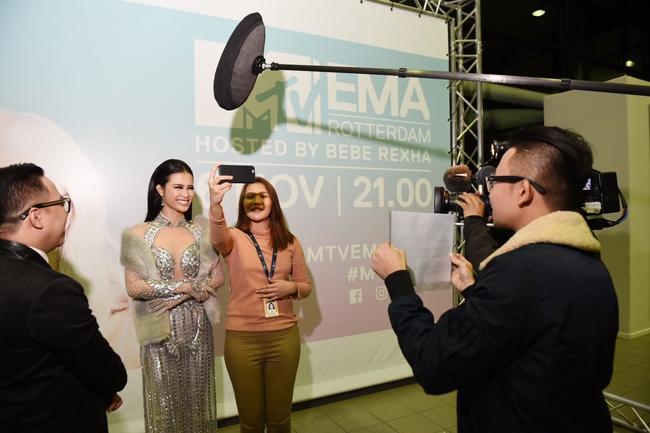 Đông Nhi quyến rũ tại EMA 2016, trả lời phỏng vấn cho kênh MTV Asia - Ảnh 5.