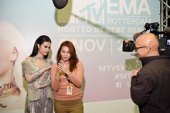 Đông Nhi quyến rũ tại EMA 2016, trả lời phỏng vấn cho kênh MTV Asia - Ảnh 4.