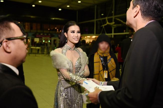 Đông Nhi quyến rũ tại EMA 2016, trả lời phỏng vấn cho kênh MTV Asia - Ảnh 2.