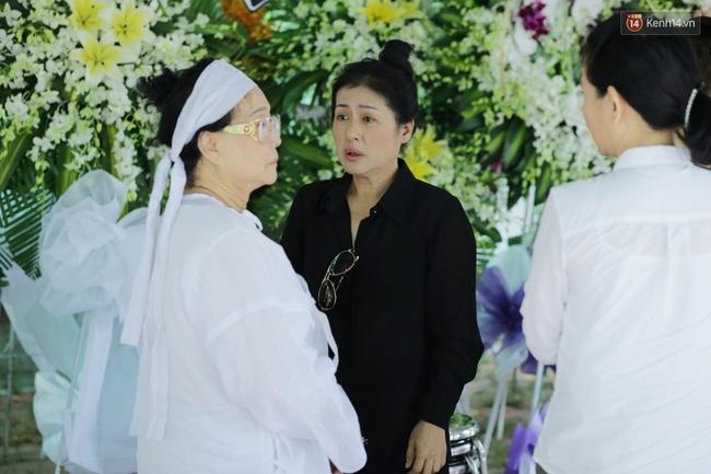 Thành Lộc, Hữu Châu và đồng nghiệp xúc động viếng tang lễ NSND Thanh Tòng - Ảnh 10.