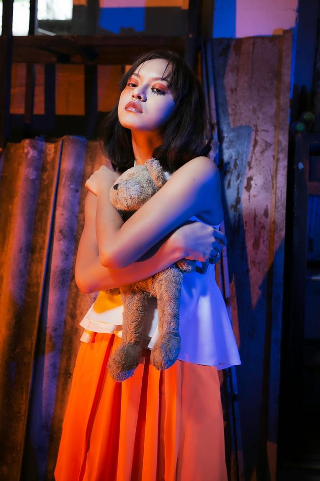 Mai Ngô ôm gấu bông, nhập vai ma búp bê trong dịp Halloween - Ảnh 2.