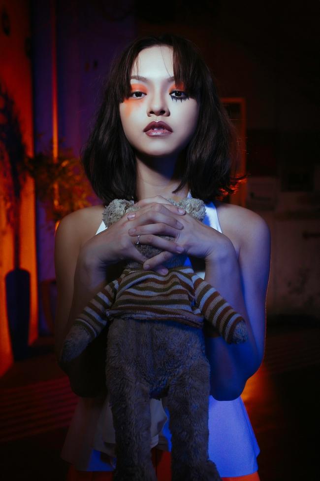 Mai Ngô ôm gấu bông, nhập vai ma búp bê trong dịp Halloween - Ảnh 3.