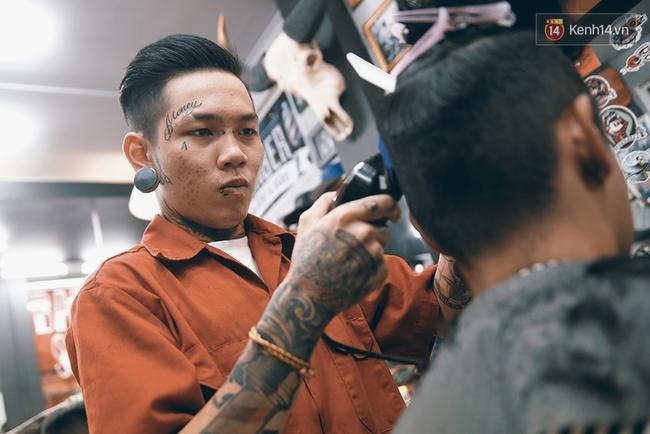 Khám phá tiệm cắt tóc chất chơi nhất Sài Gòn của những chàng barber xăm trổ đầy mình - Ảnh 9.