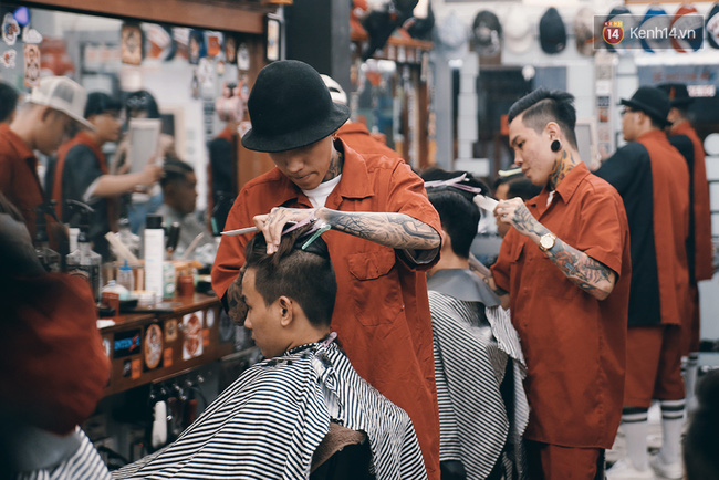 Khám phá tiệm cắt tóc chất chơi nhất Sài Gòn của những chàng barber xăm trổ đầy mình - Ảnh 2.