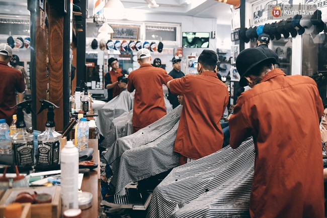 Khám phá tiệm cắt tóc chất chơi nhất Sài Gòn của những chàng barber xăm trổ đầy mình - Ảnh 16.