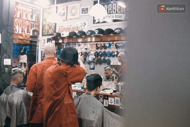 Khám phá tiệm cắt tóc chất chơi nhất Sài Gòn của những chàng barber xăm trổ đầy mình - Ảnh 17.