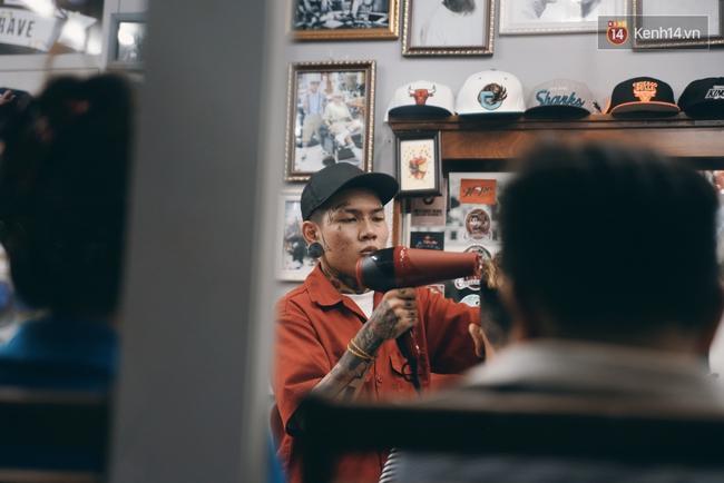 Khám phá tiệm cắt tóc chất chơi nhất Sài Gòn của những chàng barber xăm trổ đầy mình - Ảnh 15.