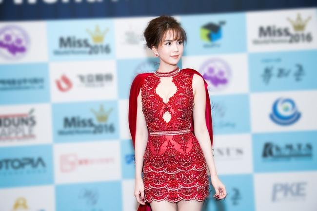 Ngọc Trinh khoe chân trắng nõn, được BTC tặng hoa trên sân khấu Hoa hậu Hàn Quốc 2016 - Ảnh 8.