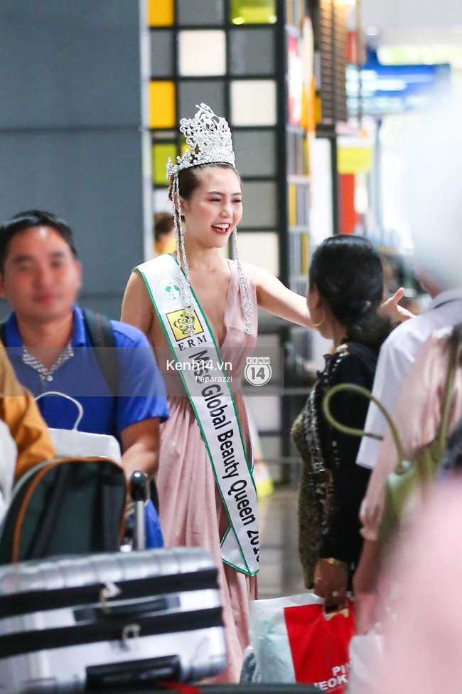 Nữ hoàng sắc đẹp toàn cầu Ngọc Duyên đội vương miện, xúc động bên gia đình trong ngày về nước - Ảnh 14.