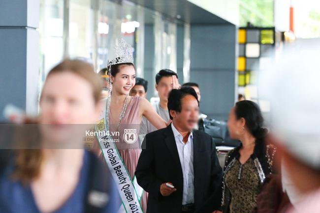 Nữ hoàng sắc đẹp toàn cầu Ngọc Duyên đội vương miện, xúc động bên gia đình trong ngày về nước - Ảnh 15.