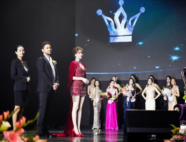Ngọc Trinh khoe chân trắng nõn, được BTC tặng hoa trên sân khấu Hoa hậu Hàn Quốc 2016 - Ảnh 1.