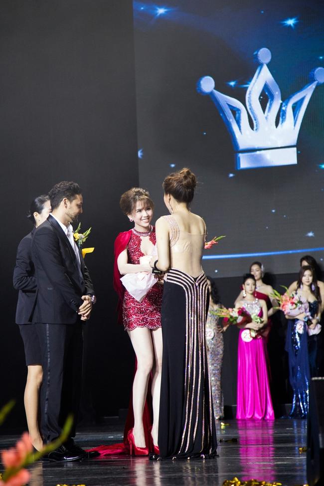 Ngọc Trinh khoe chân trắng nõn, được BTC tặng hoa trên sân khấu Hoa hậu Hàn Quốc 2016 - Ảnh 2.