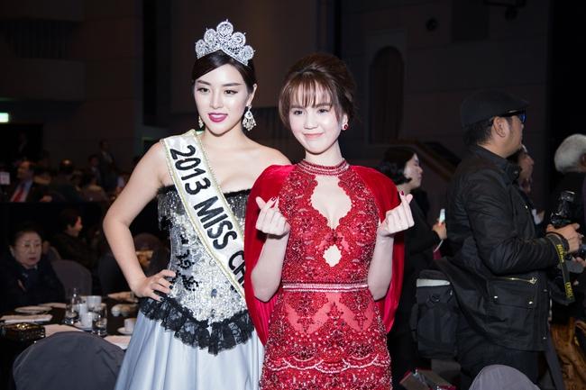 Ngọc Trinh khoe chân trắng nõn, được BTC tặng hoa trên sân khấu Hoa hậu Hàn Quốc 2016 - Ảnh 6.