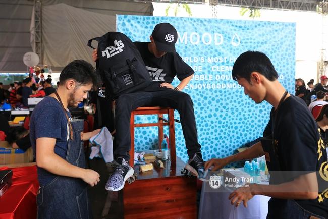 Khó mà tin được, hàng nghìn bạn trẻ Sài Gòn này tụ tập lại chỉ để... ngắm và mua giày Sneaker - Ảnh 9.