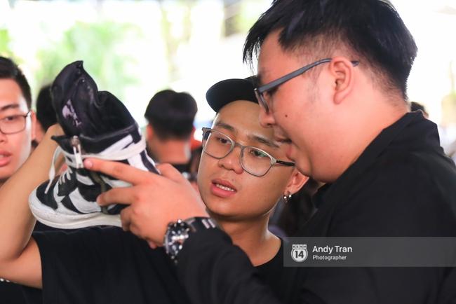 Khó mà tin được, hàng nghìn bạn trẻ Sài Gòn này tụ tập lại chỉ để... ngắm và mua giày Sneaker - Ảnh 12.