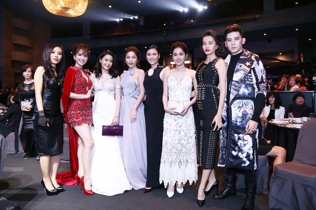 Ngọc Trinh khoe chân trắng nõn, được BTC tặng hoa trên sân khấu Hoa hậu Hàn Quốc 2016 - Ảnh 7.