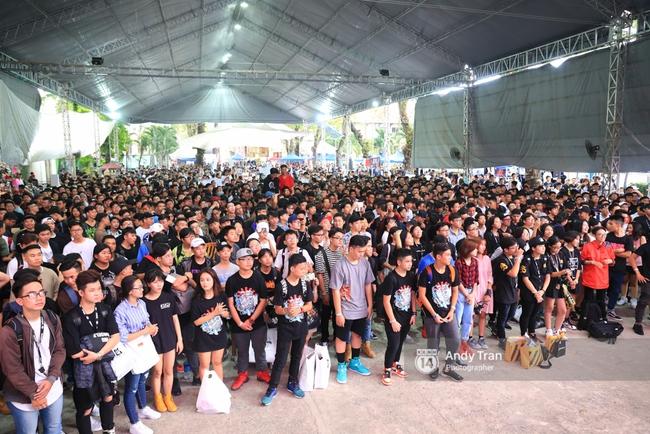 Khó mà tin được, hàng nghìn bạn trẻ Sài Gòn này tụ tập lại chỉ để... ngắm và mua giày Sneaker - Ảnh 2.