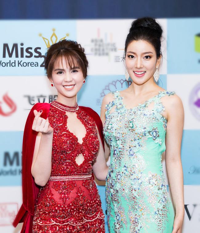 Ngọc Trinh khoe chân trắng nõn, được BTC tặng hoa trên sân khấu Hoa hậu Hàn Quốc 2016 - Ảnh 10.